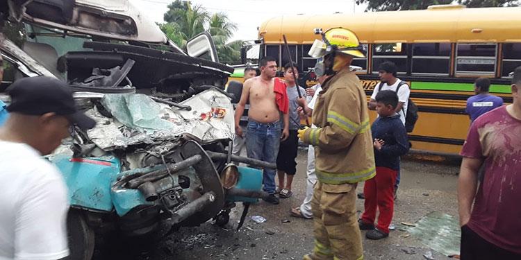 Pasajeros escapan de morir en estrepitoso choque de autobuses