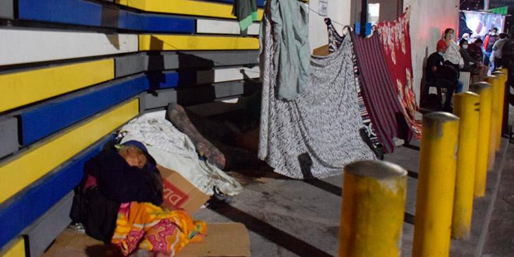 Frío y hambre pasan familiares de enfermos frente al HEU