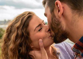Tres enfermedades dentales que puedes transmitir mediante los besos