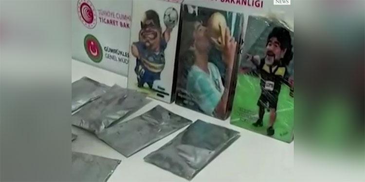 Autoridades turcas incautan cocaína escondida en retratos de Maradona