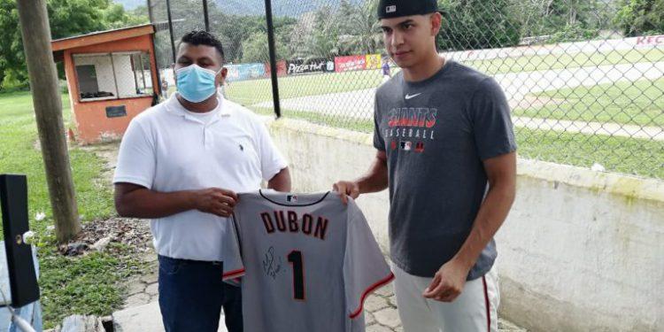 Mauricio Dubón dona implementos para recaudar fondos para Diamante de Juticalpa