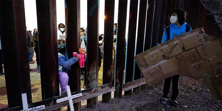Personas se reúnen en fronteras de EEUU a pesar de pandemia
