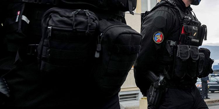 Hombre mata a tres gendarmes que socorrían a una mujer y es hallado muerto.