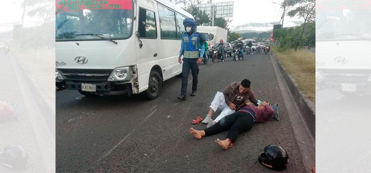 """Bus """"rapidito"""" embiste y deja herida a pareja en motocicleta en la capital"""