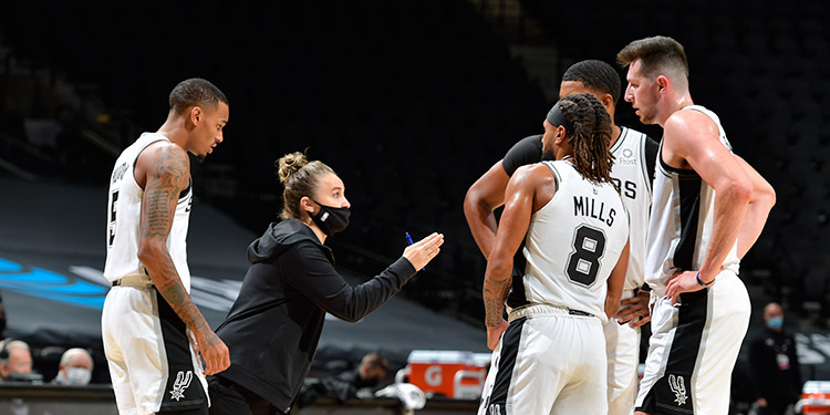 Hammon hace historia al convertirse en la primera mujer en dirigir un equipo de la NBA