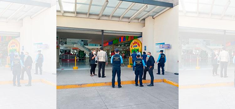 Policía inspecciona las medidas de bioseguridad en centro comercial de la capital