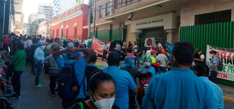 Empleados del INA protestan exigiendo reajuste salarial frente a Finanzas