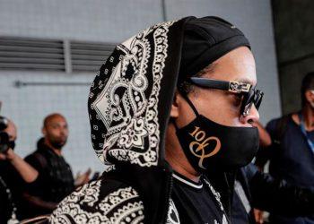 Ronaldinho pide oraciones por su madre hospitalizada por covid-19