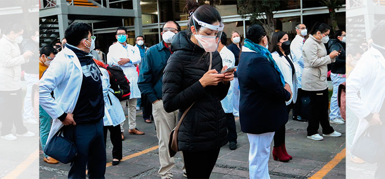 """Médicos mexicanos en la fila para vacunarse: """"Es una lluvia de emociones"""""""