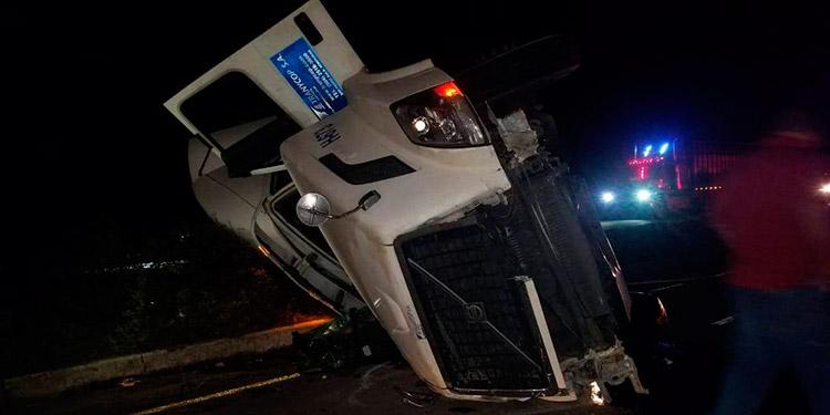Un menor murió luego de que el conductor de una rastra perdiera el control del automotor y cayera encima de un vehículo paila.