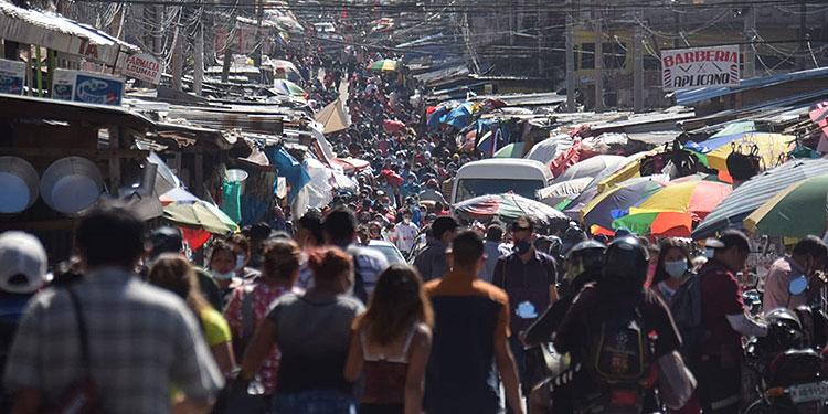 """Si la población no sigue las recomendaciones, """"podrían colapsar todas las camas disponibles generando consecuencias graves"""", advierte ministra de Salud, Alba Consuelo Flores."""