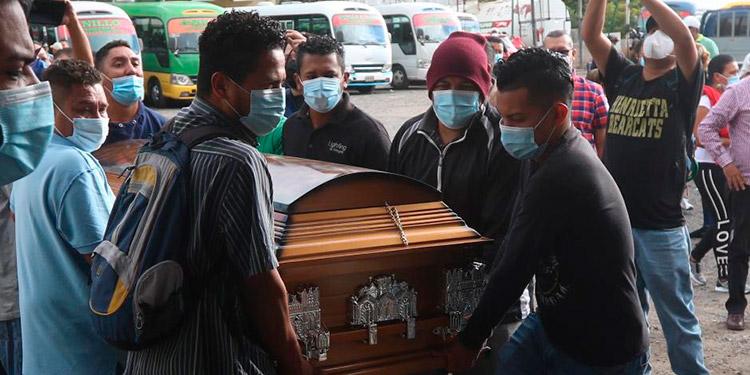 """Los compañeros del famoso """"Pequeño Lulú"""" llevaron su féretro a la terminal de autobuses, para darle ayer un emotivo y triste último adiós."""