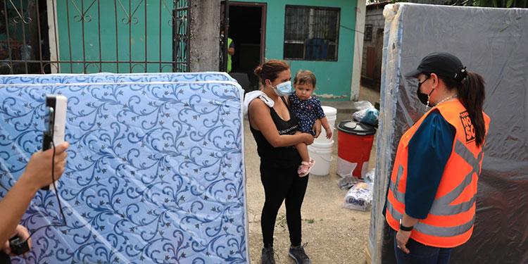 La Primera Dama, Ana García de Hernández, entregó la ayuda humanitaria a las familias afectadas por las tormentas.