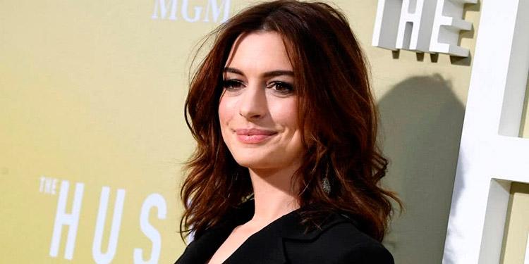 Anne Hathaway roba suspiros con ardiente escote en Instagram