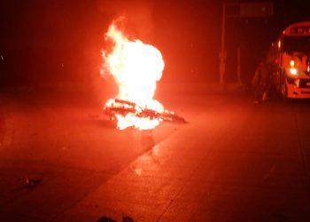 Como resultado del desigual choque la motocicleta se prendió en llamas, en la entrada de la vía rápida, por el lado de San José de la Vega, Comayagüela.