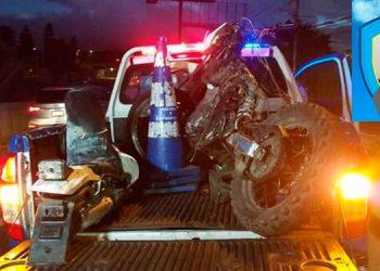 La motocicleta en que se transportaba Freddy Rolando Chávez Alonzo (foto inserta) quedó destruida casi en su totalidad, tras el aparatoso choque vial.