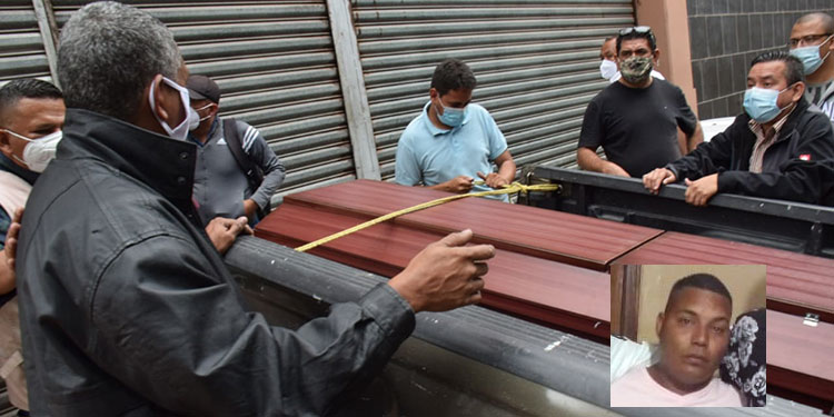 De la morgue retiraron el cuerpo del taxista José Luis Cerrato (foto inserta), que fue localizado cerca de la colonia La Primavera de Comayagüela.