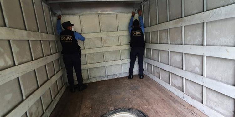 La droga iba escondida en unos compartimientos falsos de los tres vehículos incautados en un retén policial.