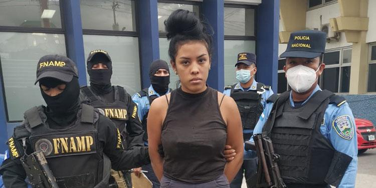 """La policía informó sobre la detención de una jovencita conocida con el alias de """"La Morena"""" y que le decomisaron una pistola."""