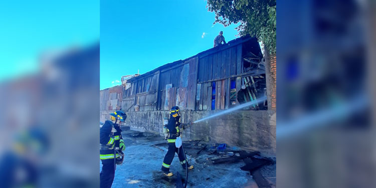 Gracias al Cuerpo de Bomberos el incendio no se propagó a otras viviendas de la zona.