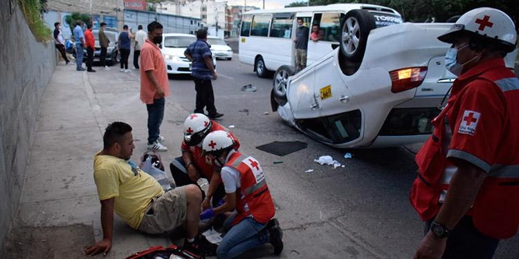 Uno de los taxis que protagonizó el accidente quedó con las llantas hacia arriba.