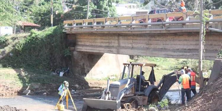 Vecinos del barrio Suyapa y automovilistas se mostraron satisfechos porque el proyecto del puente contribuye al desarrollo de la zona.