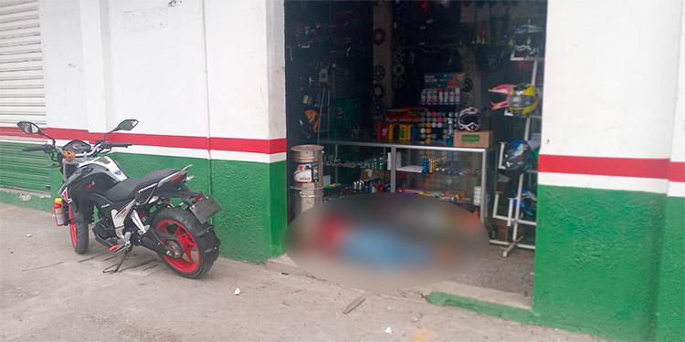 El cuerpo del comerciante quedó en la entrada del negocio de venta de repuestos para motocicletas.