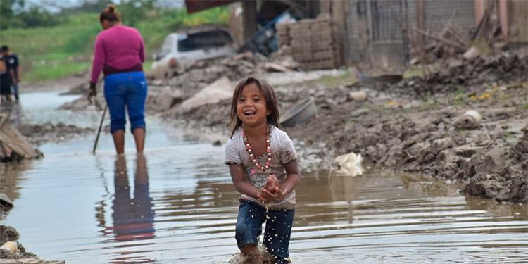 La niña Génesis Flores manifestó que le gusta acompañar a sus padres porque aprovecha el agua acumulada para bañarse.
