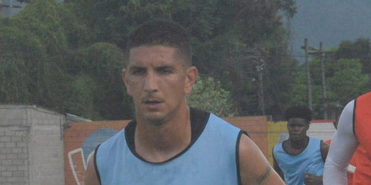Johnny Leverón defensor de Olimpia.