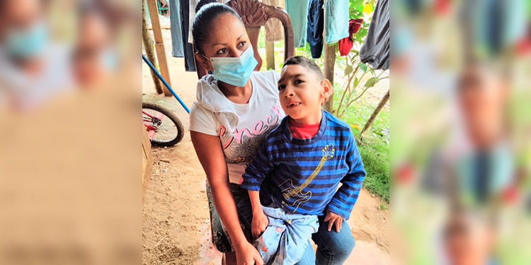 Ángel no puede ver ni caminar, por lo que su madre no puede trabajar al cuidarlo noche y día.