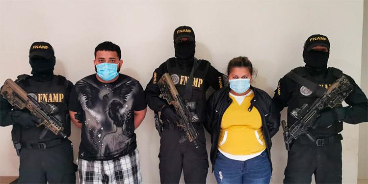"""En el """"narcolaboratorio"""" fueron detenidos Josué Alexis Reyes Flores (27), alias """"El Ganster""""; y Ludis Selenia Cruz (34), apodada """"La Madre Rosa""""."""