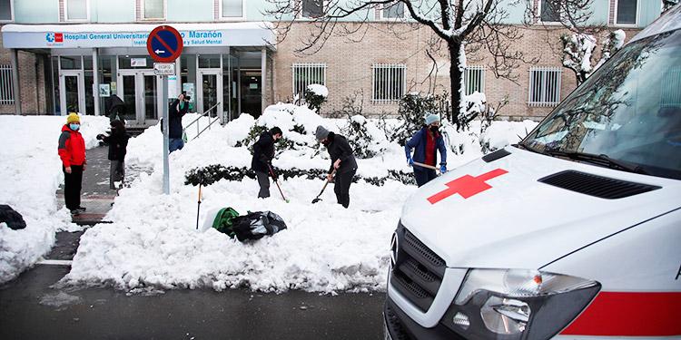 La gran nevada vuelve a mostrar la cara solidaria de los madrileños