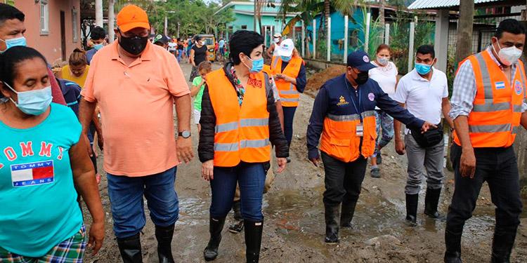 La designada presidencial, María Antonia Rivera; acompañada por el alcalde de Omoa, Ricardo Alvarado, recorrió las zonas afectadas por lluvias.