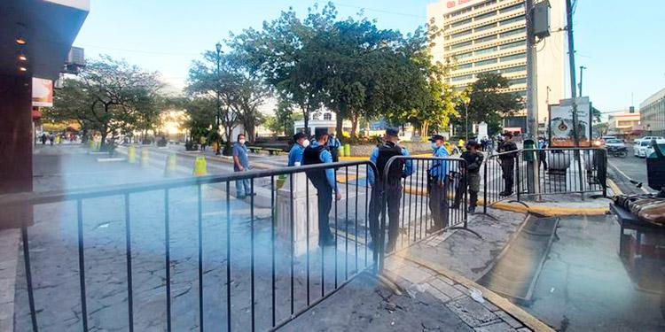 Vendedores realizan protesta en el parque central de SPS
