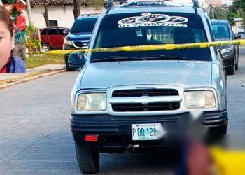 El cuerpo de Jessica Maldonado (foto inserta) quedó frente al edificio donde laboraba.