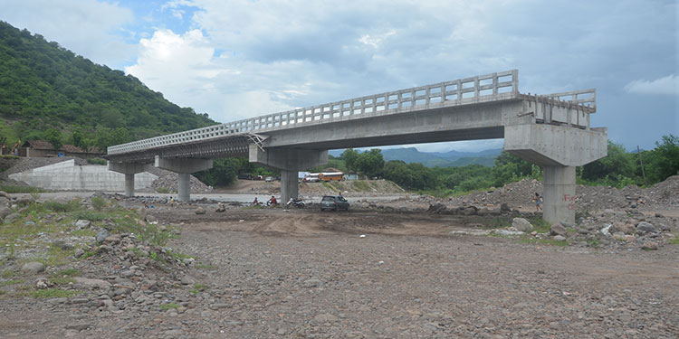 En la segunda quincena de enero se reanudan los trabajos de construcción del puente sobre el río Chiquito, informó el alcalde de Orocuina, René Osorto (foto inserta).