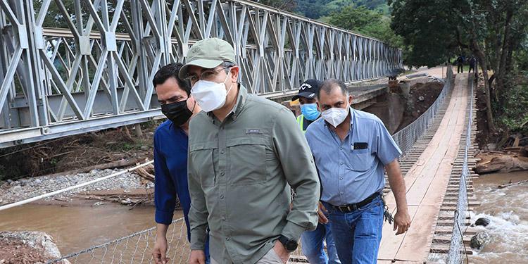 El Presidente Juan Orlando Hernández supervisó las obras de instalación del puente Bailey de La Arada, Santa Bárbara.