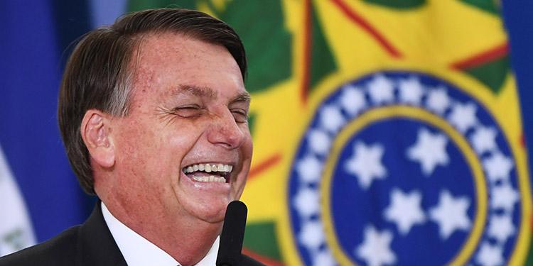 El presidente de Brasil, Jair Bolsonaro, insultó a miembros de la prensa tras un informe de que su gobierno gastó 15 millones de reales (unos 2,7 millones USD) en leche condensada en 2020. (LASSERFOTO AFP)