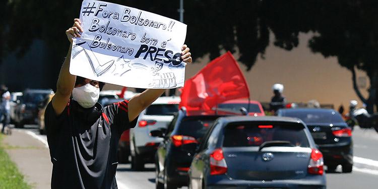 Con caravanas de vehículos en 50 ciudades, los movimientos sociales y sindicales de Brasil exigieron que el presidente Jair Bolsonaro sea sometido a un juicio político destituyente por su cuestionada gestión frente a la pandemia del coronavirus. (LASSERFOTO AFP)