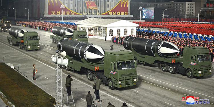 Corea del Norte exhibió un misil balístico que puede ser lanzado desde submarino en un desfile militar celebrado en Pyongyang este viernes. (LASSERFOTO AFP)