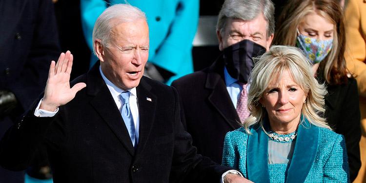 """Estados Unidos inició el miércoles una nueva era con la llegada al poder del presidente Joe Biden, que puso fin al tumultuoso mandato de Donald Trump y apostó por la unidad, la civilidad y la """"decencia"""" para sanar las heridas de un país en crisis. (LASSERFOTO EFE)"""