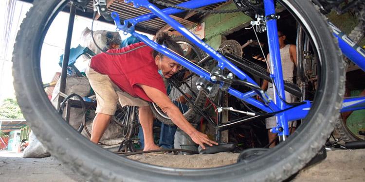 Durante 22 años se ha formado una buena reputación como reparadora de bicicletas.