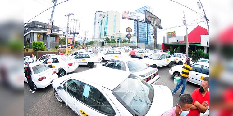 Conductores de taxis realizan protesta en diferentes ciudades del país