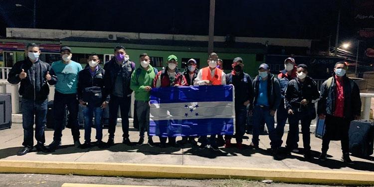 De forma legal, 13 hondureños se trasladaron ayer hacia Canadá, para formar parte de un programa de trabajo.