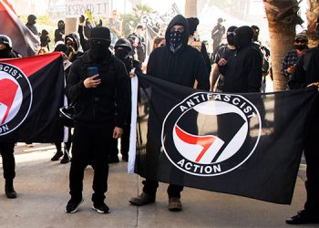Antifa se levanta contra administración Biden y vandalizan sede del partido Demócrata