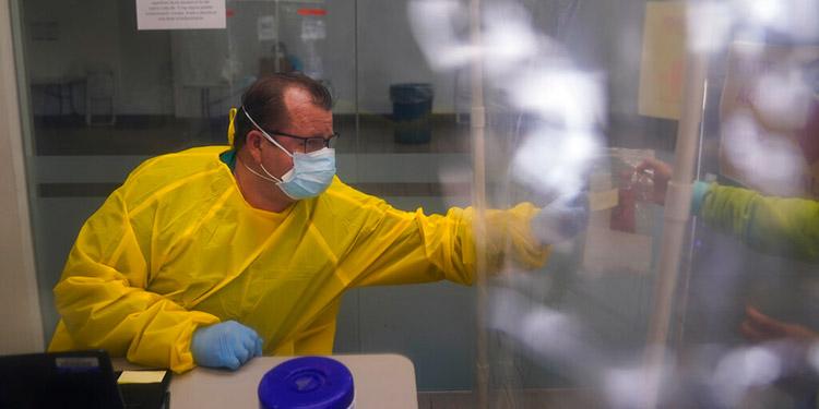 California fija récord de 585 muertes por COVID en un día