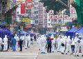 Confinan a miles en Hong Kong para contener brote de COVID