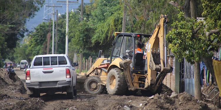 La maquinaria de la Operación No Están Solos comenzó a retirar el lodo y los desechos de la aldea de Chotepe.