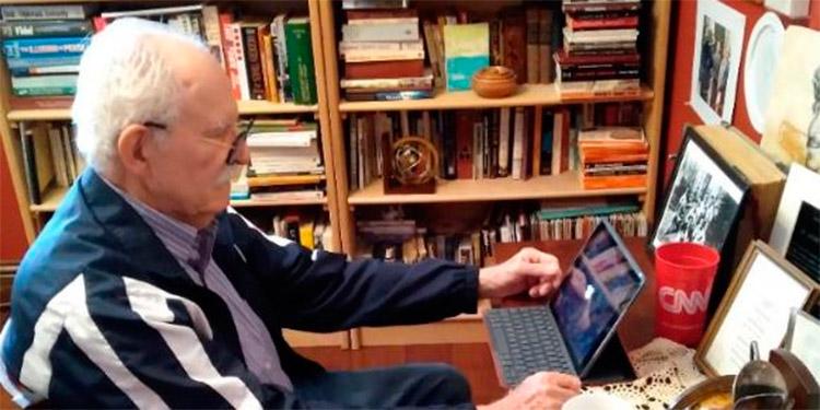 Goldstein en su lugar de trabajo. Se observa en su frente derecha el hueco de la perforación en el cráneo.( Foto Ygal Zyberman).