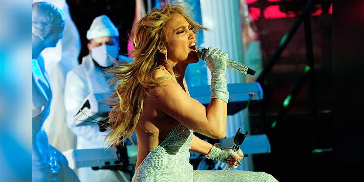 Jennifer López sufre accidente en plena presentación de Año Nuevo en Times Square